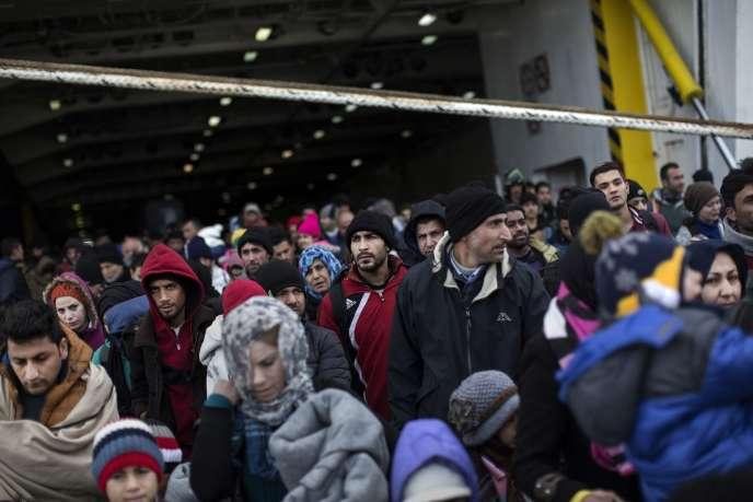 Après leur transit par l'île de Lesbos, des migrants débarquent au port du Pirée, à Athènes, le 23 janvier.