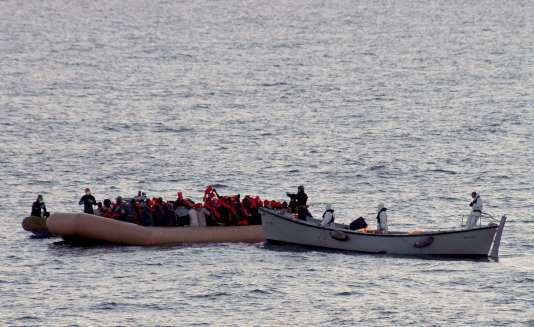 Les gardes-côtes poursuivaient par air et par mer les recherches en début d'après-midi aux alentours d'Edremit pour essayer de retrouver d'éventuels rescapés.