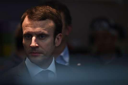 Le Minisitre des l'Economie et des Finances Emmanuel Macron à Fos-sur-Mer, dans le sud de la France, le 28 janvier 2016.