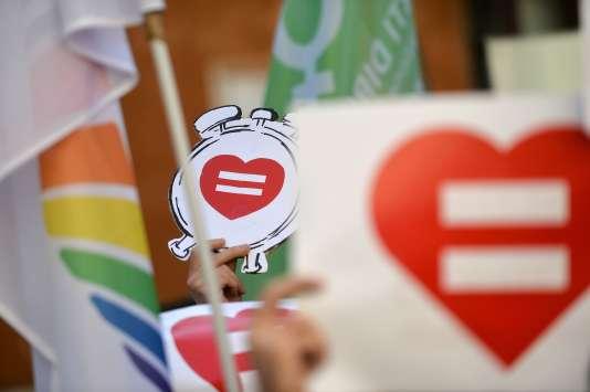 """Le signe """"égal"""" dans un cœur et le réveil sont les symboles de la lutte pour l'union civile en Italie, le 28 janvier 2016 à Rome."""