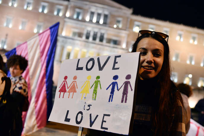 Manifestation de défense des droits des homosexuels, devant le Parlement à Athènes, pendant l'examen de la loi sur un pacte d'union civile, le 22 décembre 2015.