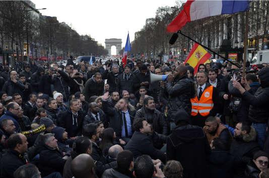 A une manifestation des conducteurs de Taxis sur les Champs-Elysées à Paris le 28 janvier 2016.