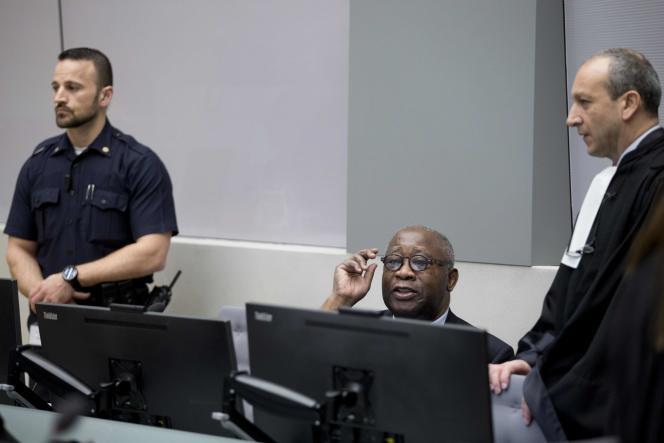L'ancien président de Côte d'Ivoire, Laurent Gbagbo (centre), lors de l'ouverture de son procès à la CPI de La Haye, le 28 juin 2016.
