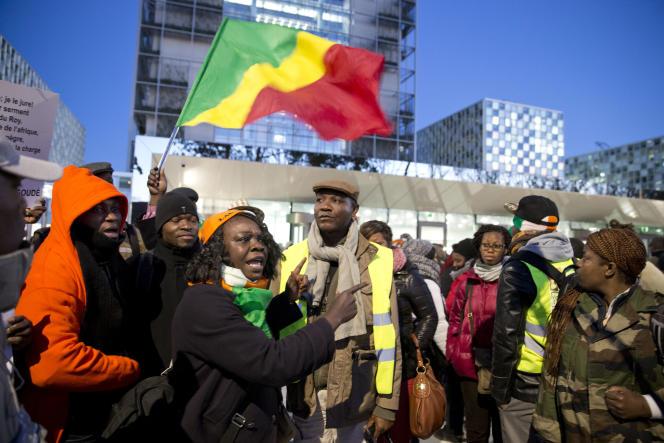 Des partisans de Laurent Gbagbo devant la Cour pénale internationale de La Haye, aux Pays-Bas, à l'ouverture du procès de l'ex-président ivoirien, le 28 janvier 2016.