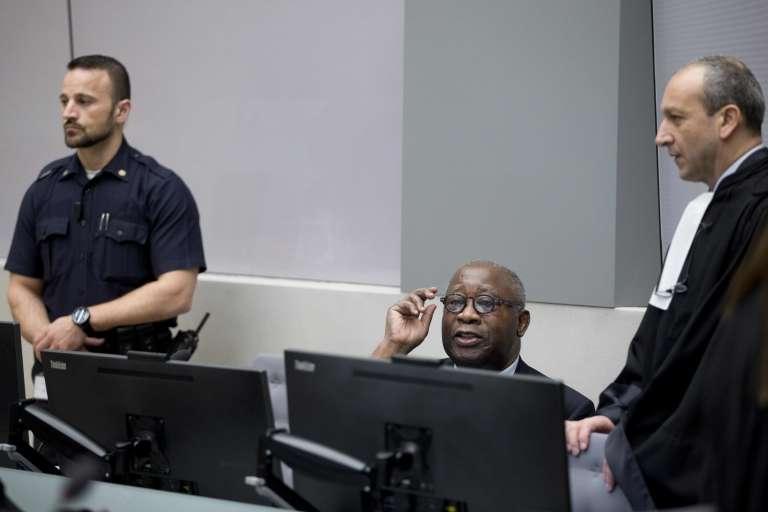 Laurent Gbagbo et son avocat Emmanuel Altit (à droite), le 28 janvier à La Haye, attendent le démarrage de l'audience au premier jour du procès de l'ancien président ivoirien.