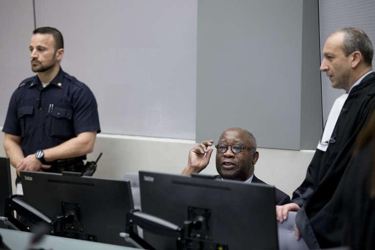 L'ancien président ivoirien, Laurent Gbagbo, avec son avocat, Me Emmanuel Altit, à la Cour pénale de La Haye, le 28 janvier 2016.