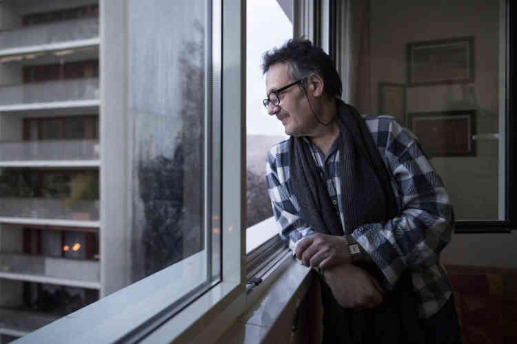 Philippe Fernandez, 56 ans dont dix-huit sans domicile fixe, est un ancien occupant de la chambre 44, qu'occupe aujourd'hui Doru Pavaloaie. il a vécu 5 ans dans le centre de la rue Vésale. Il est aujourd'hui locataire d'un T2 près de la porte de Vanves (14e arrondissement de Paris).