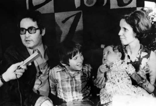 Le 16 juillet 1974,  Serge et Beate Klarsfelden attentent dans la salle de réception de l'aéroport de Lod, à Tel Aviv, avec leurs enfants Arno et Lida.