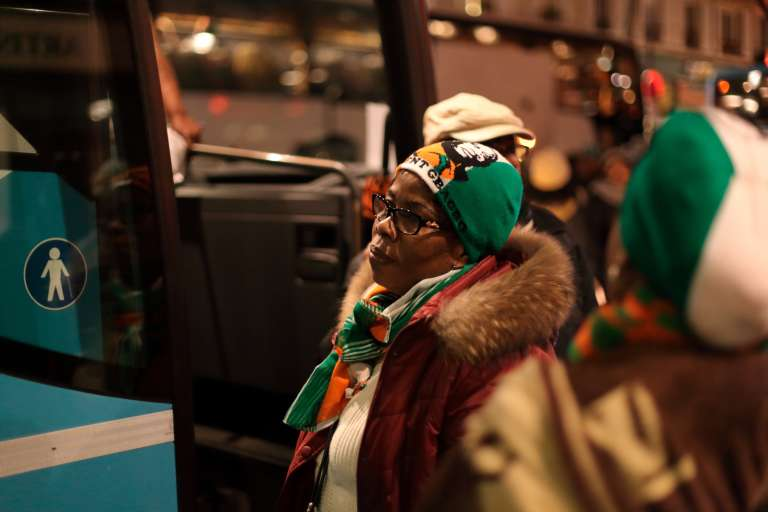 Paris, gare du Nord. Une partisane de Laurent Gbagbo grimpe à bord du bus qui va l'emmener à La Haye dans la nuit du 27 au 28 janvier 2016.