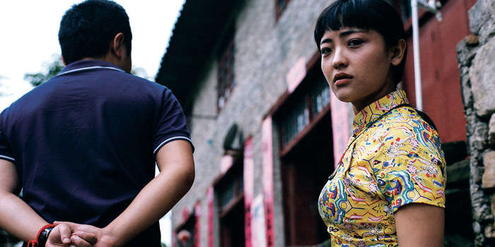 Pour son premier long-métrage, le jeune réalisateur, 27 ans, a choisi de tourner à Kaili, sa ville natale (province du Ghizou, épicentre de la minorité miao, dans le sud-ouest de la Chine), de la même façon que, voici vingt ans, Jia Zhang-ke tournait le sien, « Xiao Wu, artisan pickpocket », à Fenyang. Et ce film où la poésie – pas la joliesse qui en tient souvent lieu au cinéma – se porte comme la fleur au fusil, le place d'emblée à la hauteur de son illustre aîné.