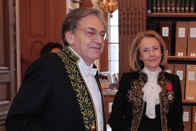 Les académiciens Alain Finkielkraut et Dominique Bona, à l'Institut de France, en janvier 2016.