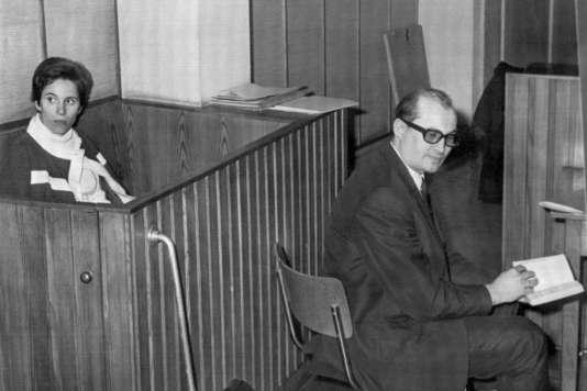 Beate Klarsfeld avec son avocat Horst Mahler alors qu'elle fait face à la cour, le 7novembre 1968 à Berlin. Beate Klarsfeld sera condamnée à un an de prison pour avoir frappé le chancelier fédéral allemand Kurt Georg Kiesinger lors de la dernière journée de la Convention du Parti démocrate-chrétien.