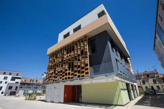 A Dijon, un hôtel à insectes est installé sur la façade d'un immeuble pour permettre la nidification d'insectes (notamment les abeilles sauvages).