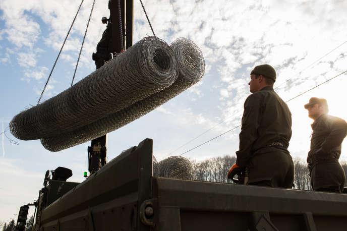 Les autorités autrichiennes déposent les barbelés pour l'élévation d'une cloture, à la frontière slovène. Le 27 janvier.
