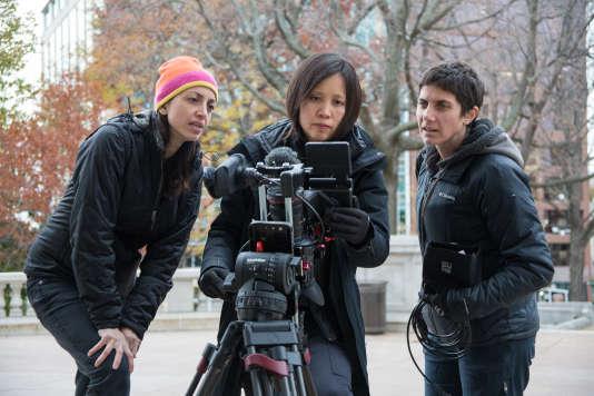 """Les réalisatrices Laura Ricciardi (à gauche) et Moiras Demos (à droite) avec Iris Ng (au centre) lors du tournage de """"Making a Murderer""""."""