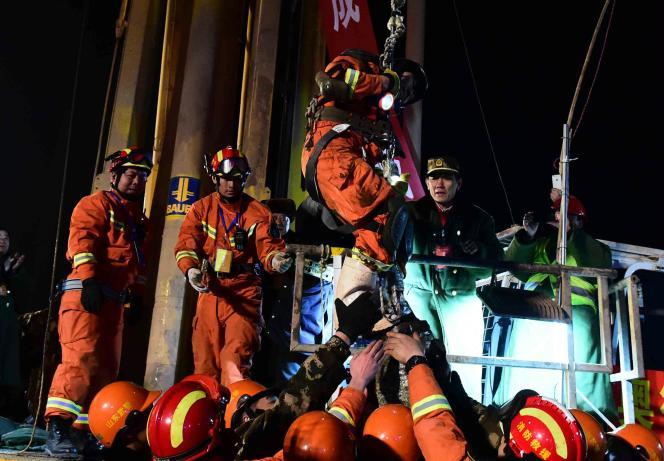 Au centre : un des quatre mineurs secourus après avoir passé trente-six jours sous la terre, le 29 janvier, à Pingyi dans l'est de la Chine.