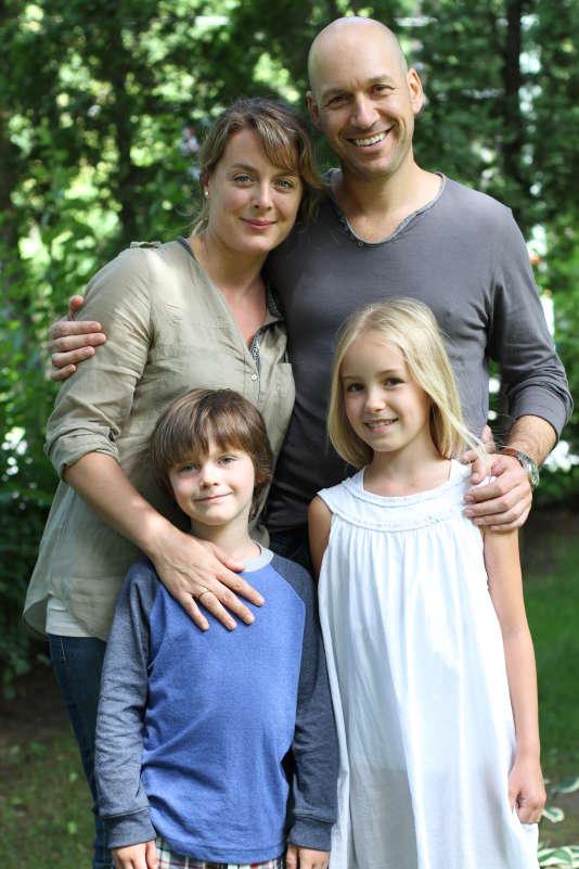 """Julie, Martin et leurs enfants... la famille québecoise de la série """"Les Beaux Malaises""""."""