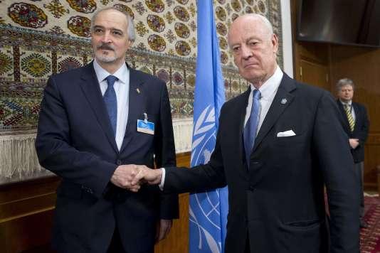 Le chef de la délégation du gouvernement syrien, Bachar Al-Jaafari (à gauche), et Staffan de Mistura,  l'émissaire spécial des Nations unies pour la Syrie, à Genève, le 29 janvier.