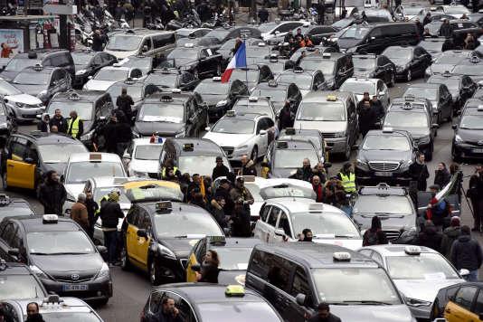 Paris, 26 janvier 2016. Porte-Maillot. Manifestation et blocage de la circulation par les taxis protestant contre les VTC et  Ubber.