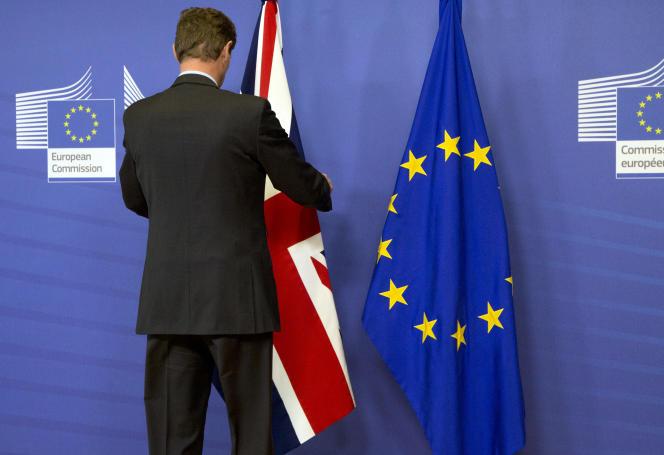 Un dernier ajustement du drapeau britannique avant la rencontre entre le Premier Ministre David Cameron et le Président de la Commission Européenne Jean-Claude Juncker, le 29 janvier 2016 à Bruxelles.