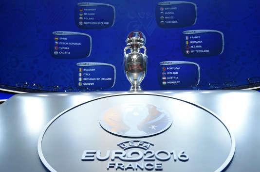 Le trophée de l'Euro 2016, qui se jouera en France. AFP PHOTO / LIONEL BONAVENTURE / AFP / LIONEL BONAVENTURE