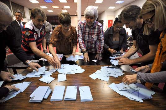 Lors du dépouillement du vote pour les primaires socialistes le 16 octobre 2011 à Marseille.