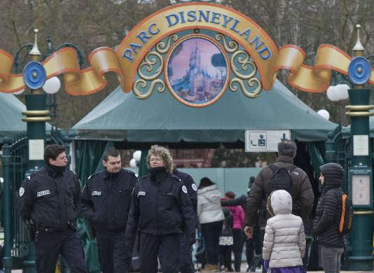 Des policiers devant Disneyland Paris, le 29 janvier 2016.