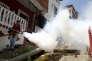 A Caracas,  le 28 janvier, un employé de la capitale vénézuélienne pulvérise de l'insecticide sur des foyers potentiels de Zika.