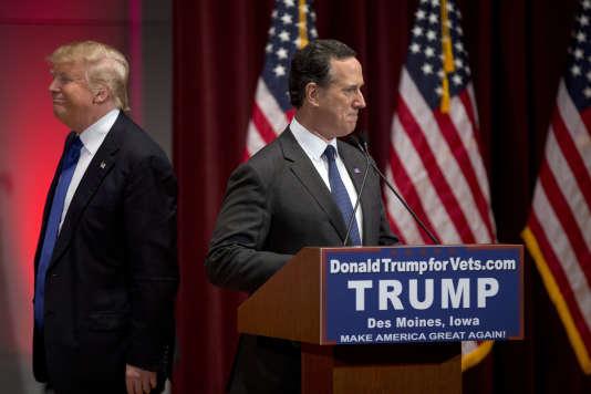 Le candidat républicain Donald Trump (à gauche) et Rick Santorum en campagne à Des Moines (Iowa), le 28 janvier.