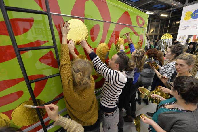 Des étudiants de l'école nationale supérieure d'art de Limoges (ENSA Limoges), travaillent, en octobre 2015, sur un camion à destination de la biennale d'art contemporain de Venise.