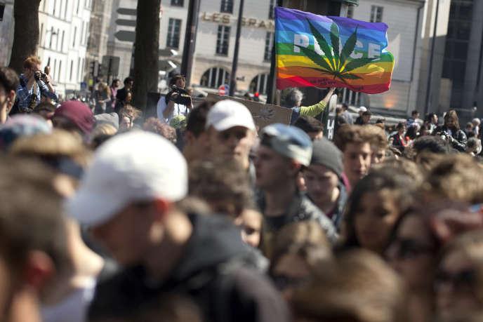 A une manifestation pour la légalisation du cannabis en France, en mai 2015 à Paris.
