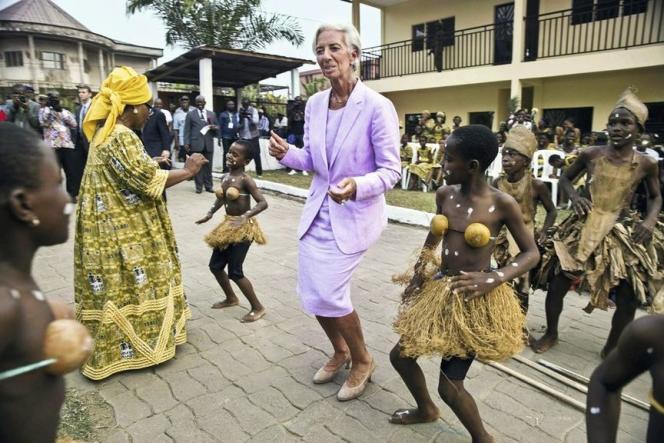 Une performance de danseuse, en tailleur et au Cameroun.