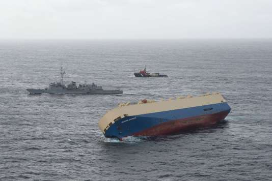 Le Modern Express est accompagné dans sa dérive par plusieurs navires dont des remorqueurs.