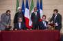 Le président d'Iran Air et Fabrice Brégier, PDG d'Airbus, signent un accord sous les yeux de François Hollande et du Président Iranien Hassan Rohani, à l'Elysée le 28 janvier 2016.