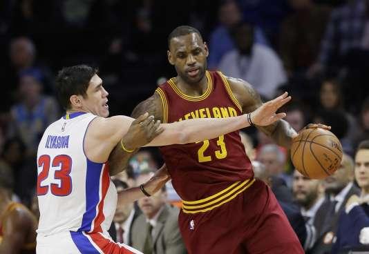 Ersan Ilyasova des Detroit Pistols en blanc, face à LeBron James des Cleveland Cavaliers, le 29 janvier.