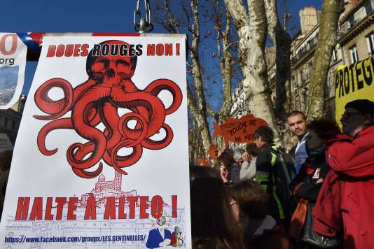 La plupart des manifestants arboraient une veste rouge contre les boues rouges à Marseille.
