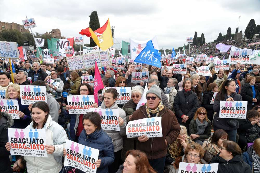"""Plusieurs orateurs se sont succédé tout au long de l'après-midi sur le podium où une immense banderole affichait : """"Il est interdit de mettre la famille à la casse"""". Le chef du gouvernement, Matteo Renzi, qui soutient la proposition de loi sur les unions civiles, a fait de la """"mise à la casse"""" de la vieille Italie l'un des ses slogans préférés."""