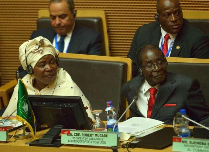 Le président du Zimbawe, Robert Mugabe, et la présidente de la commission de l'Union africaine, Nkosazana Dlamini-Zuma, le 30 janvier 2016 à Addis-Ababa, en Ethiopie.