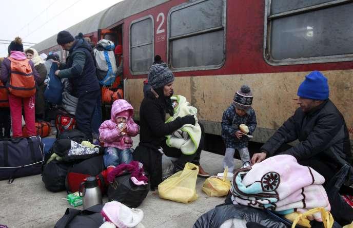 Réfugiés sur le quai de la gare de Tabanovce (Macédoine), jeudi 28 janvier.