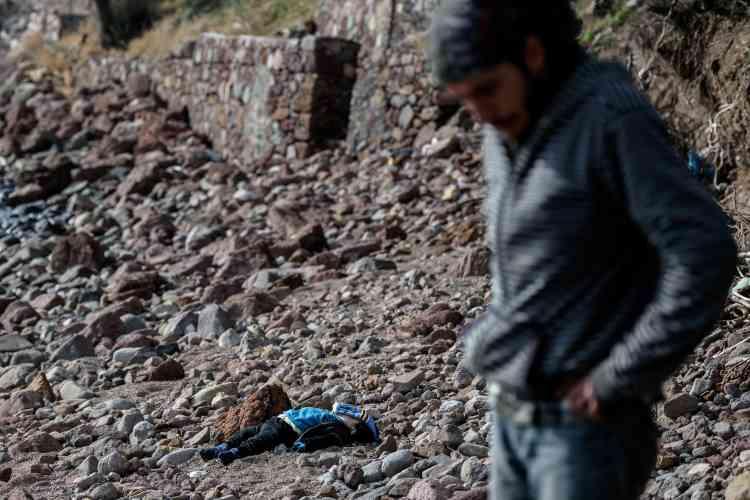 « Les gendarmes turcs sont occupés à ramasser d'autres noyés échoués sur la plage après le naufrage de la nuit précédente. Il y a tellement de cadavres… Je n'arrive pas à les compter. »