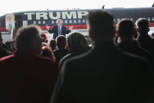 Le candidat républicain Donald Trump, lors d'un meeting à l'aéroport de Dubuque, dans l'est de l'Iowa, avec son avion privé en arrière-plan, le samedi 30 janvier.