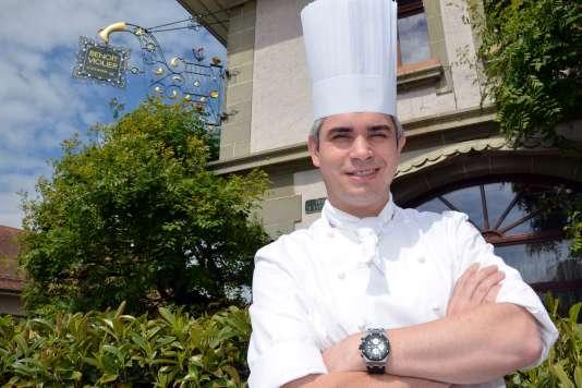 Benoît Violier devant le Restaurant de l'hôtel de ville à Crissier, près de Lausanne, en Suisse, en mai2012.