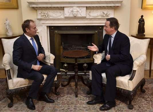 Le  président du Conseil européen Donald Tusk (à gauche) et le premier ministre anglais David Cameron (à droite) à Londres, dimanche 31 janvier.