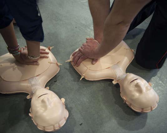 Apprentissage du massage cardiaque, samedi 30 janvier, à la caserne de Montmartre, à Paris. A gauche une participante, a droite le sergent Meriotte.