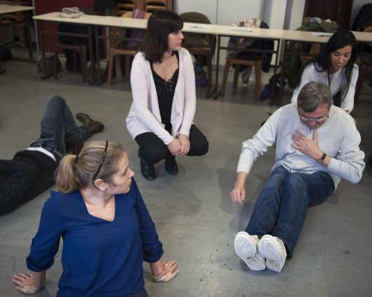 Des volontaires s'initient à mettre un blessé au thorax en position semi-assise, samedi 30 janvier, à la caserne de Montmartre à Paris.