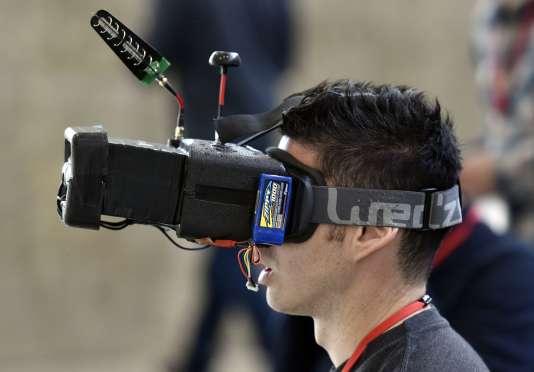 Les lunettes de vol « en immersion» sont utilisées lors des courses de vitesse. Enchausser pour piloter un drone conventionnel est non seulement interdit mais aussi déconseillé si l'on veut éviter de le perdre.