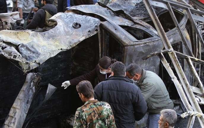 Des forces progouvernementales syriennes à l'extérieur d'un sanctuaire chiite touché par un double attentat revendiqué par l'organisation Etat islamique.