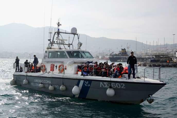 Des migrants arrivent au port de Lesbos (Grèce) le 31 janvier 2016 sur un bateau des gardes-côtes.