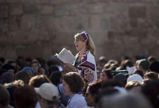 Une femme lit la Torah vêtue du châle de prière au pied du mur des Lamentations à Jérusalem, le 4 novembre 2013.