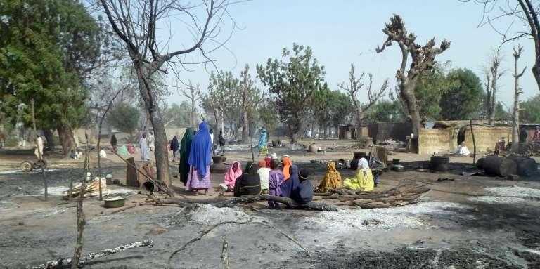 Des habitants de Dalori (nord-est du Nigeria) après l'attaque de leur village par le groupe terroriste Boko Haram, le 31 janvier 2015.